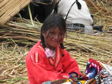 Mu teine lemmikperuulanna – pisike piiga Urose saarelt Titicaca järve peal.