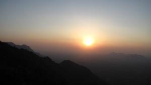 Päikeseloojang Kolli mägedes Indias.