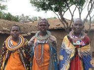 Keenia: Värvilised maasailannad piduehtes Maasai Mara külas nimega Enkereri.