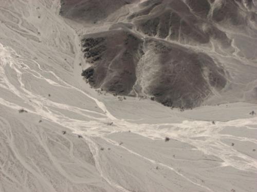 Kui nüüd hästi vaadata, siis paremat kätt mäekese küljel on astronaudi kujutis. Kuna minilennukis oli tegu, et mitte oksendama hakata, ei jäänud mul pildile ei kondor, ämblik ega teised olevused.