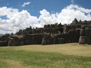 Kolm korrust inimesest kõrgemaid kivimürakaid inkadele pühas Saqsaywamanis.