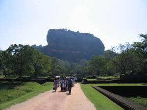 Sigiriya kalju maa pealt vaadates – üksinda troonib ta seal vihmametsa keskel.