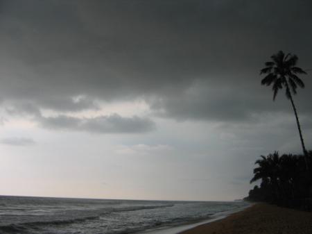 Seesama, loo avapildil olev Wadduwa rand sama päeva pärastlõunal troopikavihma ootel.