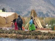 Peruu: Urose indiaanlased oma totora roost valmistatud kodusaarel 3812 m kõrgusel Titicaca järvel.
