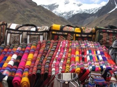 Improviseeritud suveniiripood La Raya mäekurul 4313 m kõrgusel.