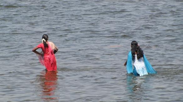 India traditsioonide järgi hoolitseb naine kodu, laste, toidu… ja ka mehe eest. Kaveri jõgi, Tamil Nadu, India 2015.