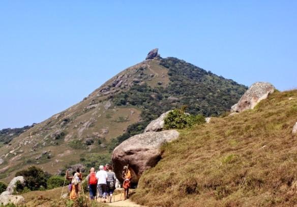 Need kivimürakad seal kaugel kõrgel ongi meie rännaku siht – 1800 m kõrgusel Velliangiri mäe tipus olev Šiva tempel. foto: Urmas Voevodin.